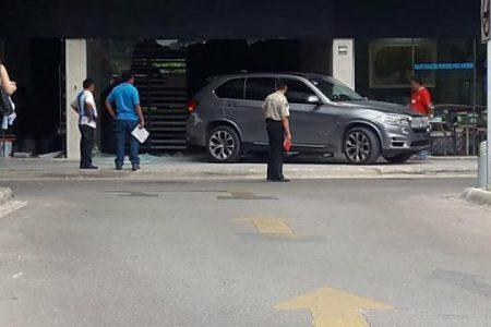 Se mete con todo y auto a un local comercial en el norte de Mérida