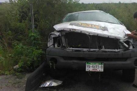 Camioneta de SEDESOL da varias volteretas en la carretera Mérida-Tizimín