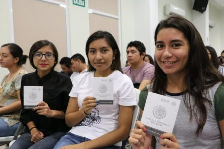 El IMSS entrega cartillas de salud a estudiantes de la UADY