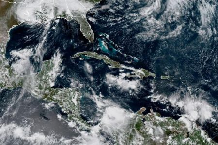 Dos ondas tropicales dejarán lluvias y bajarán el calor