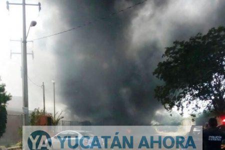 Desalojan escuela por un fuerte incendio de maleza