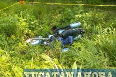 Muere al caerle encima su motocicleta en un accidente carretero