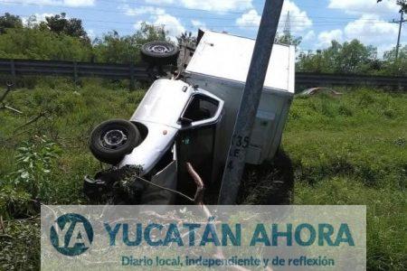 Voltea su camioneta después de chocar contras dos postes
