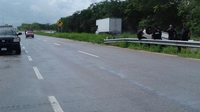Pavimento mojado propicia volcadura en la carretera Mérida-Cancún