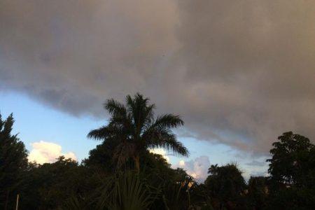 A punto de girar hacia Florida, el huracán Irma envía algo de lluvia a Yucatán
