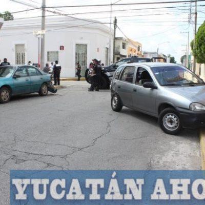 Choca dos vehículos por no estar pendientes de los señalamientos de alto
