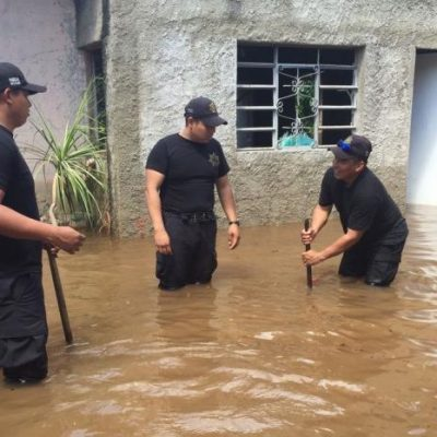 En Sucilá el agua les llega arriba de las rodillas por lluvias intensas