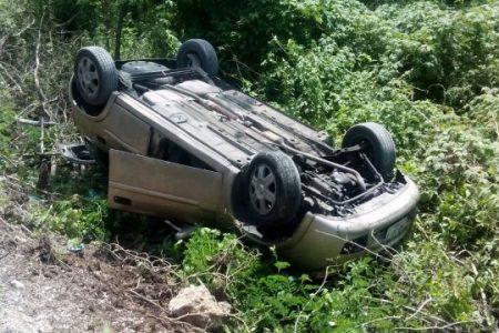 'Patina' su automóvil en carretera en construcción y lo manda al monte