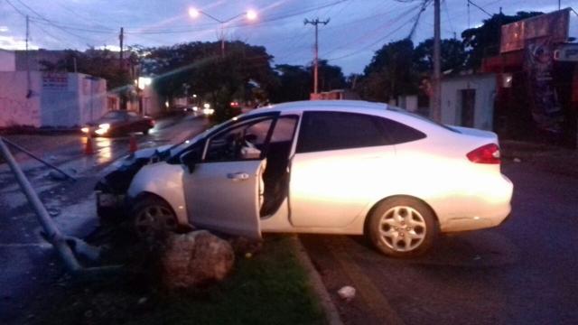 Par de conductores dañan infraestructura pública y huyen del lugar