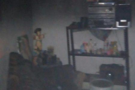 Rompen cerraduras para combatir incendio en una casa de Kanasín