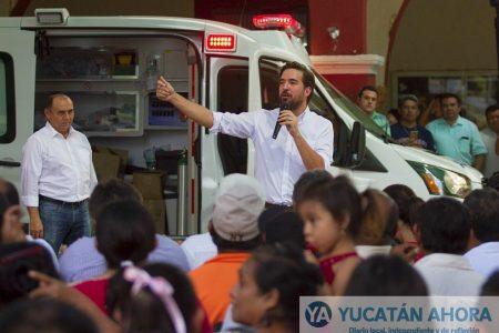 Pablo Gamboa entrega ambulancia que le solicitaron en Tekax