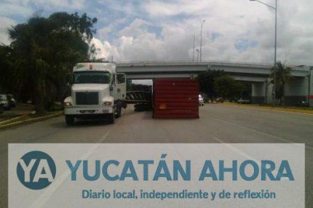 Remolque y contenedor obstruyen la carretera Mérida-Progreso