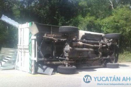 Voltea su camionetita Estacas en la antigua carretera a Campeche