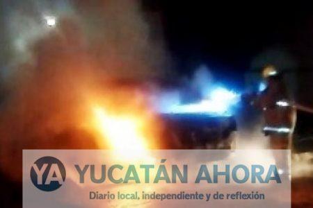 Una explosión le avisa que se quemaba su automóvil