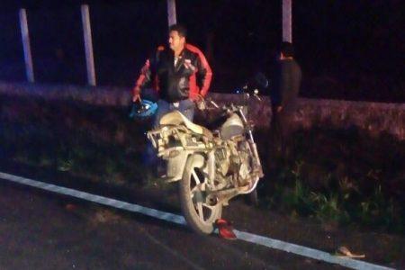 Le quiebran las piernas a una pareja en motocicleta