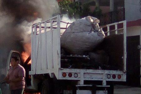 El fuego devora rápidamente una camioneta en la colonia Bojórquez