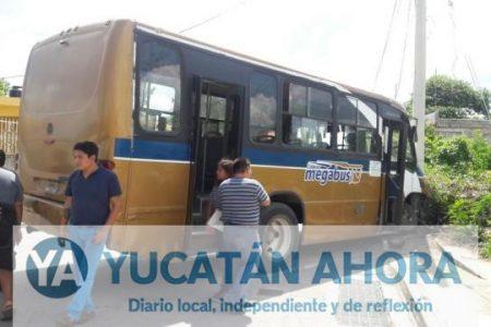 Un poste detiene la descontrolada carrera de un autobús