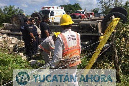 Quedan prensados tras volcarse con camión cargado de material de construcción
