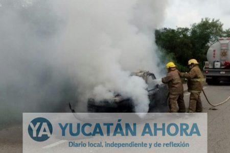 Incendio lo deja sin camioneta en la carretera Mérida-Campeche