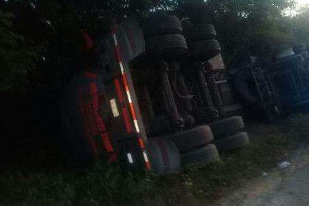 Vuelca en autopista Mérida-Cancún remolque con 31 mil litros de turbosina