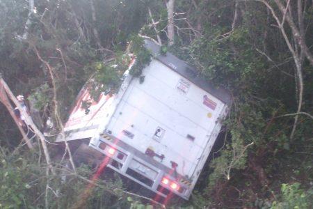 Otra volcadura en la autopista Mérida-Cancún: trailero atrapado
