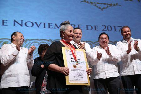 Eglé Mendiburu recibe la Medalla Yucatán por 50 años dedicada al teatro