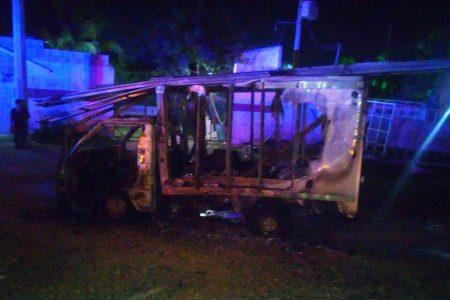 Solo el esqueleto metálico de su camioneta le dejó un incendio
