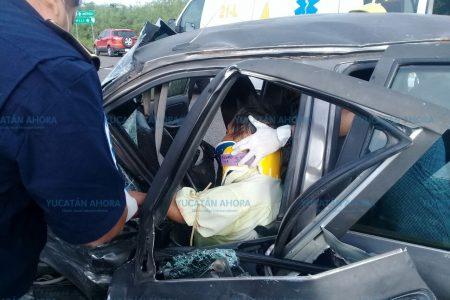 Un choque carretero lo deja prensado en su vehículo