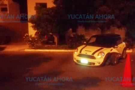 Abandonan de madrugada un Mini Cooper en calles de Las Américas