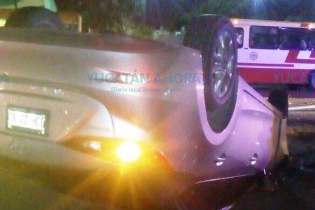 Rescatan a ebrio atrapado en un vehículo volcado