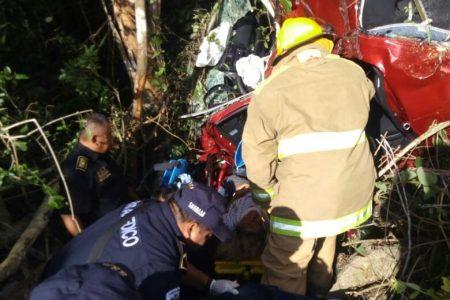 Queda prensada en su automóvil al accidentarse rumbo a Cancún