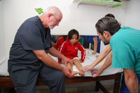 Especialistas de Miami y Denver les 'reparan' los pies a progreseños