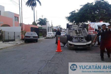 Choca con vehículo estacionado que lo catapulta para volcarse