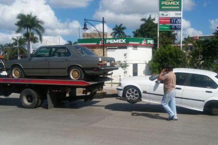 Cae BMW de una grúa en la avenida Cupules