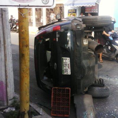 Semaforazo en la Dolores Otero deja una camioneta volcada y tres lesionados