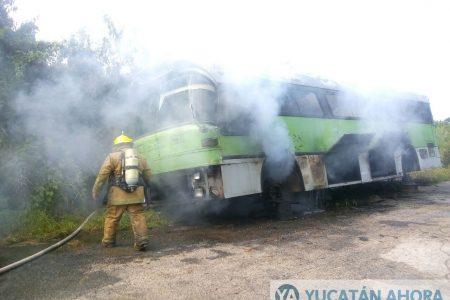 Incendio de maleza alcanza a camión en reparación