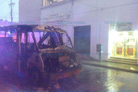 Impresionante incendio de un autobús en el centro de Mérida