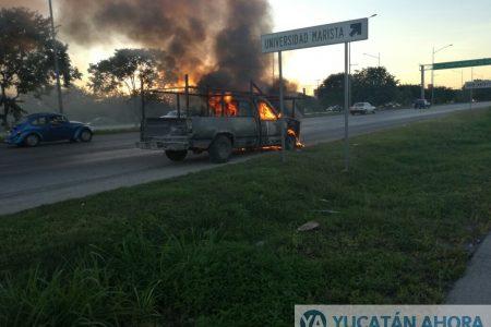 Se incendia una camioneta y la dejan abandonada