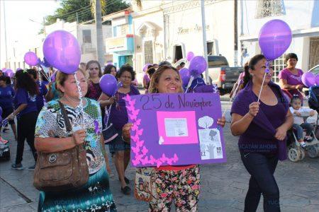 Mujeres marchan contra la violencia en el puerto de Progreso