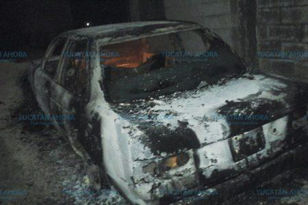 Incendio deja en solo fierros a un taxi