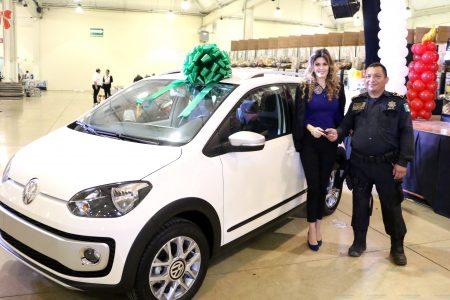 Policías ganan automóviles en su festejo