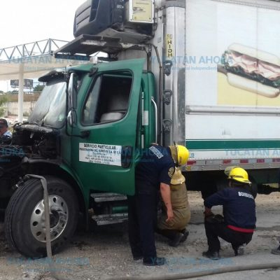 Se le quema el motor a un trailero pero salva la carga