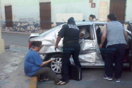 """Encontronazo en """"esquina maldita"""", saldo: 4 mujeres y un bebé lesionados"""
