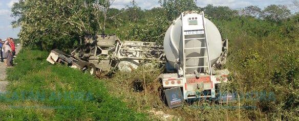 Sale ileso en volcadura de un camión cargado de concreto