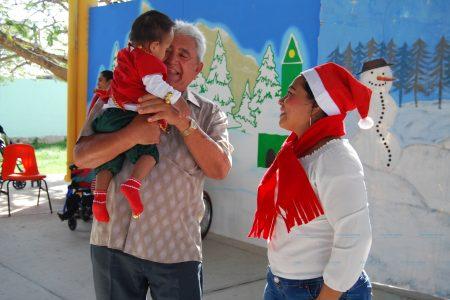 El alcalde de Progreso lleva regalos a niño y niñas de CAM