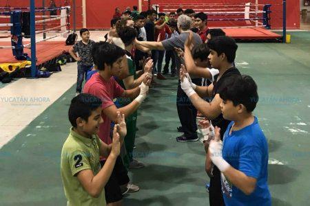 Entrenadora norteamericana ofrece clínica de boxeo a púgiles y entrenadores