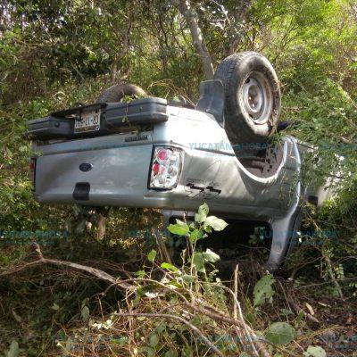 Tierra suelta en carretera deja lesionadas a tres mujeres en una volcadura