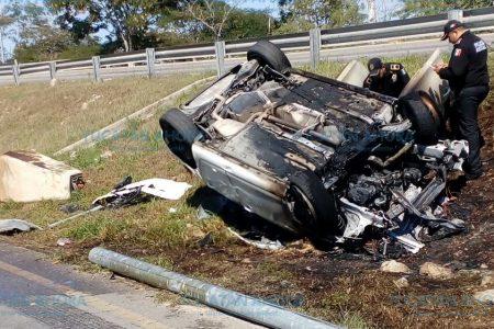 Su auto ya no vio el Año Nuevo: volcó y se incendió en el Periférico