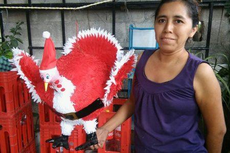 Le da su toque personal a las piñatas de pavo: crea el 'Pavo Santa'