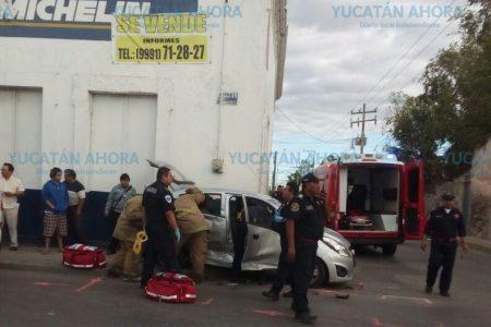 No ve un alto y deja prensados a sus parientes en el centro de Mérida
